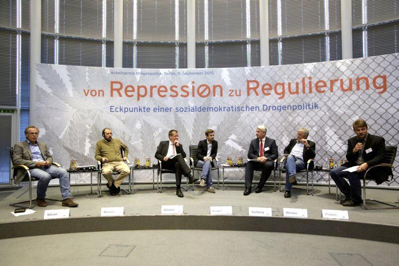 """Thomas Isenberg bei der Veranstaltung """"Von Repression zu Regulierung - Eckpunkte einer sozialdemokratischen Drogenpolitik"""" (Bild von thomas-isenberg.info)"""